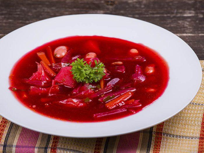 Les écoles d'Ukraine servent une soupe traditionnelle.