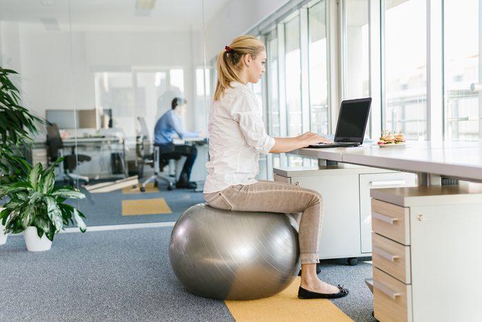 Troquez la chaise pour le ballon Pilates au bureau.
