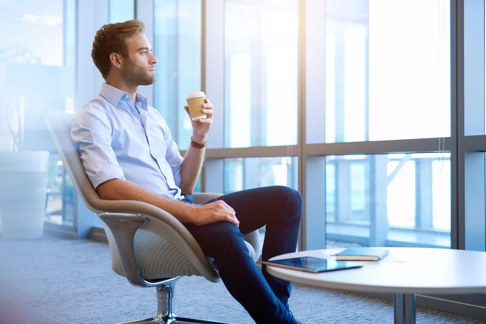 Agitez la jambe pour maigrir au travail.