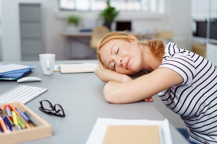 Une sieste pour maigrir au travail.