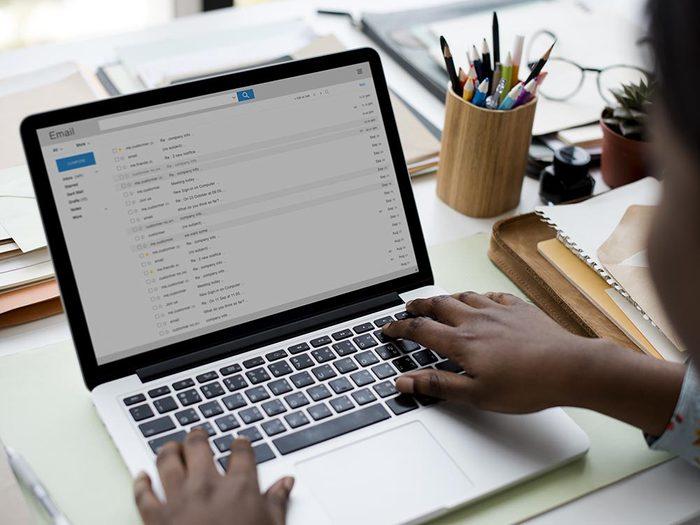 Pour être productif au travail, consultez vos courriels à un seul moment de la journée.