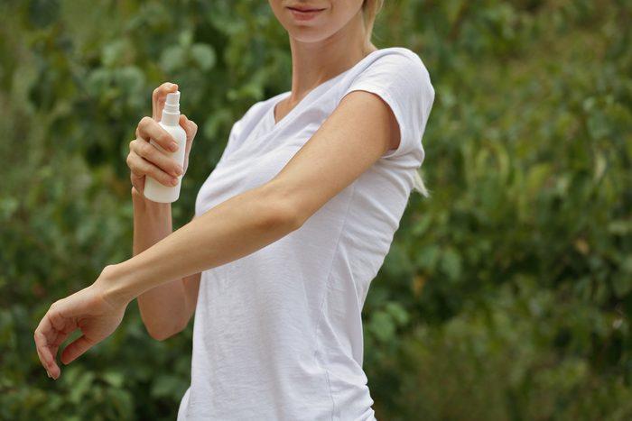 Vaporiser une lotion traite les brûlures.