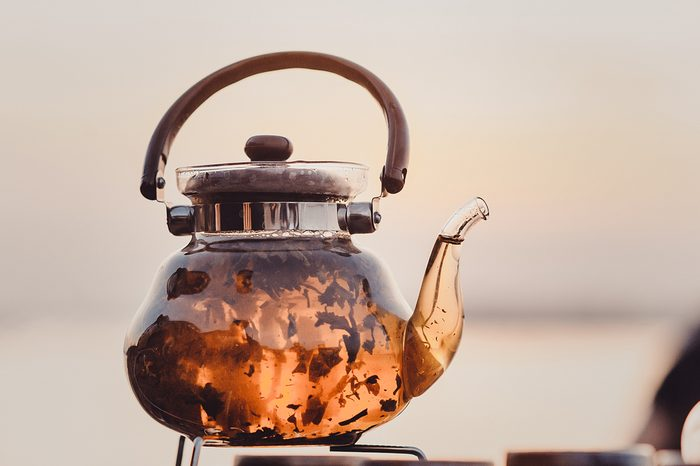 Le thé fait du bien à la peau brûlée.