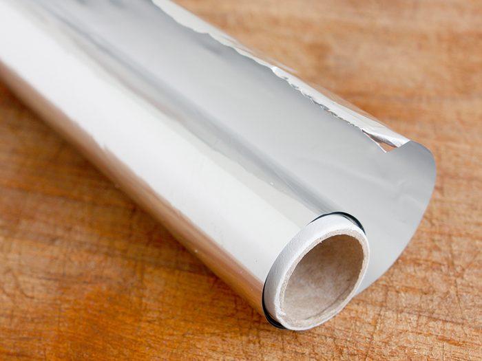 Un truc efficace pour nettoyer l'argent est d'utiliser du papier aluminium.