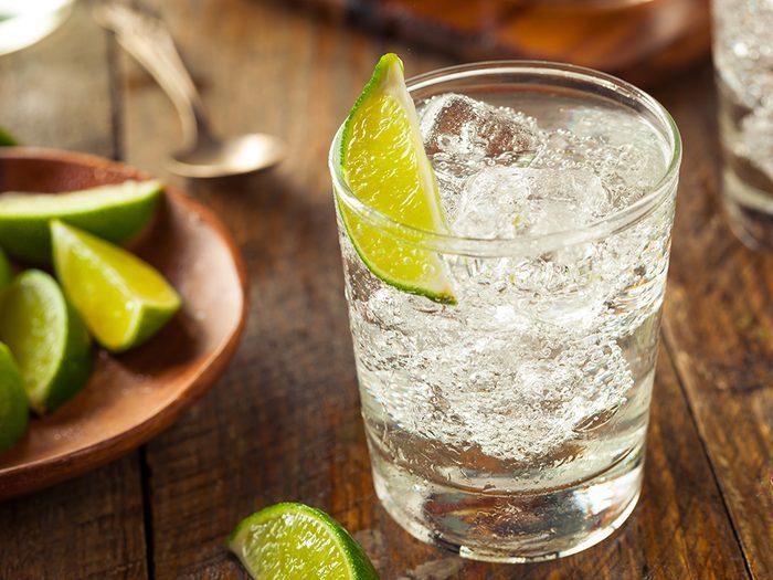 Le soda au citron-lime pour nettoyer l'argent de manière efficace.