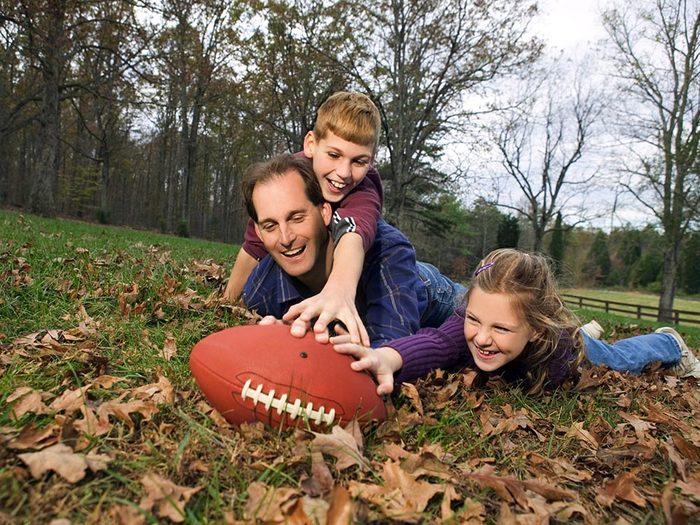 Mettez de la compétition dans le sport en famille.
