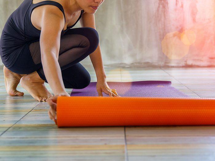 Apportez votre tapis d'entraînement à la salle de gym.