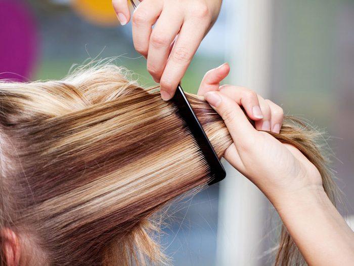Avoir trop de reflets ou de mèches blondes est une erreur qui pourrait gâcher votre coloration de cheveux.