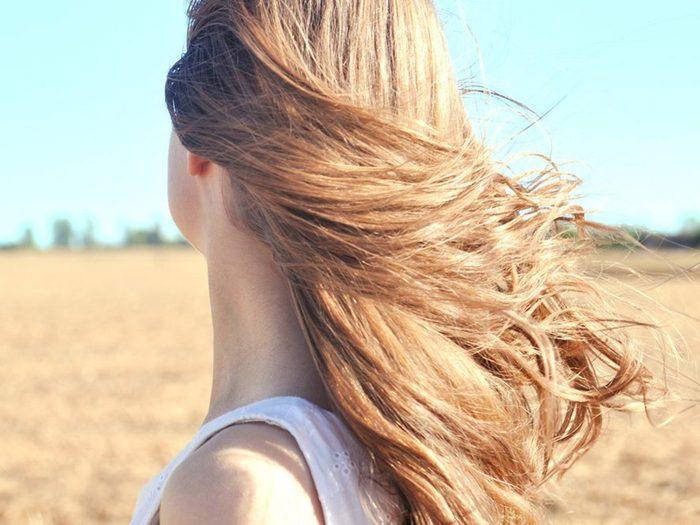 Ne pas protéger les cheveux l'été est une erreur qui pourrait gâcher votre coloration de cheveux.