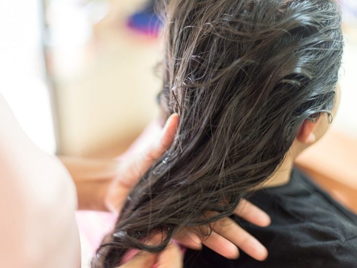 Teindre les cheveux plus foncés pour couvrir le gris est une erreur qui pourrait gâcher votre coloration de cheveux.