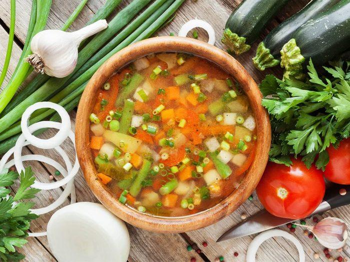 Une recette de bouillon de légumes faible en calories.