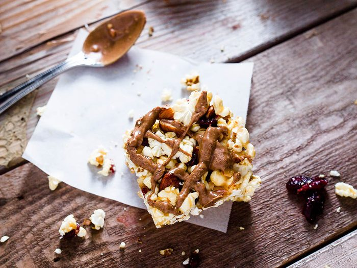 Le popcorn santé en barre s'emporte facilement pour une collation à l'extérieur de la maison.