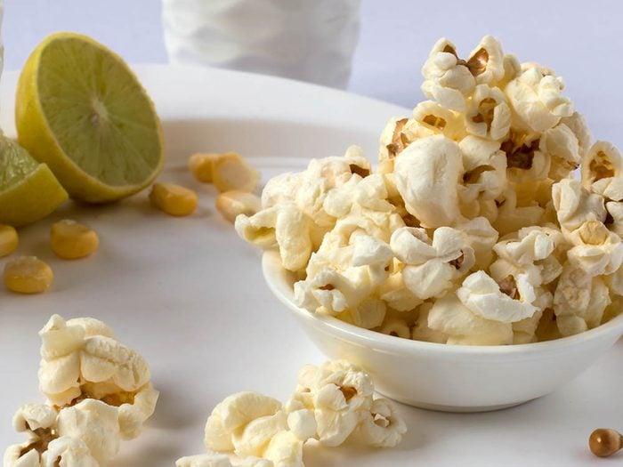Préparez une recette de popcorn santé façon margarita.
