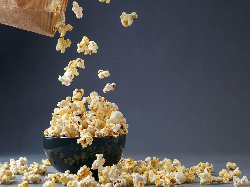 Préparez du popcorn santé au parmesan.