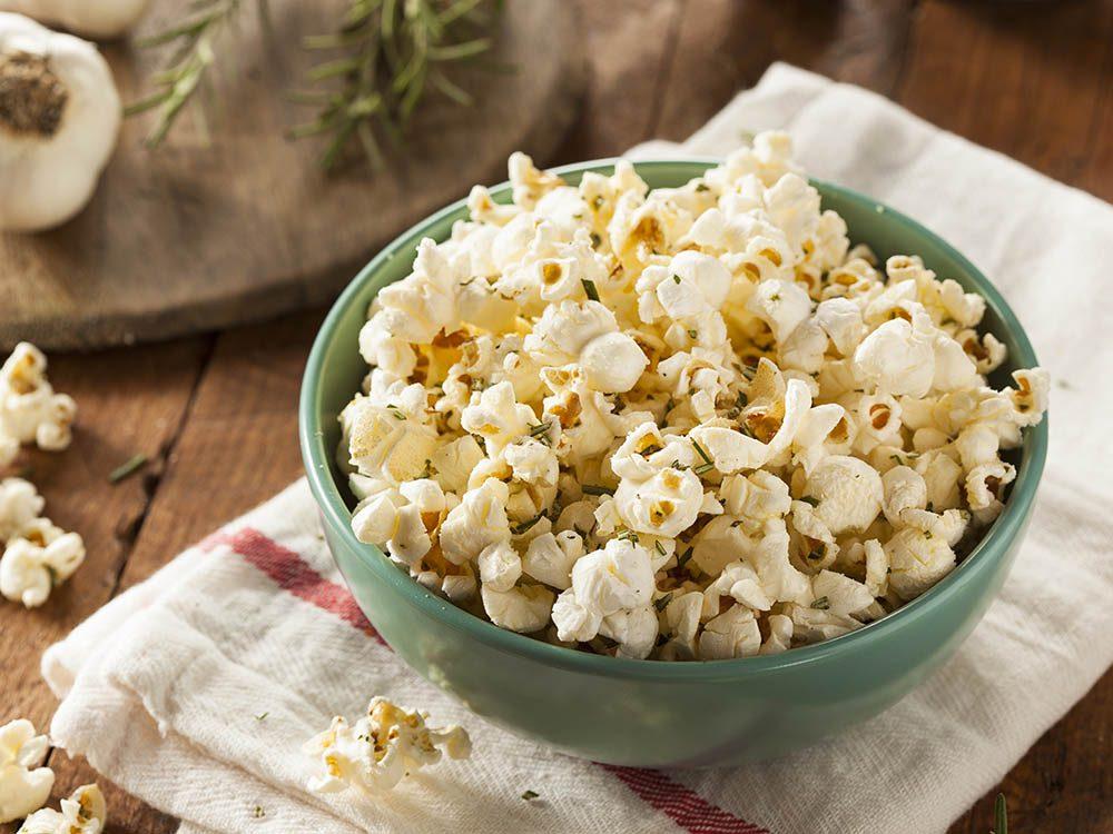 Essayez une recette provençale de popcorn santé.