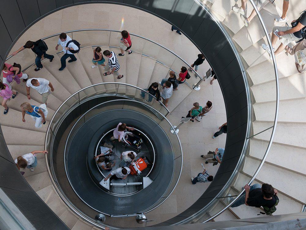 L'ascenseur du Musée du Louvre à Paris est l'un des ascenseurs fascinants à travers le monde.