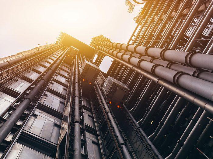 L'immeuble de la Lloyd's à Londres est l'un des ascenseurs fascinants à travers le monde.