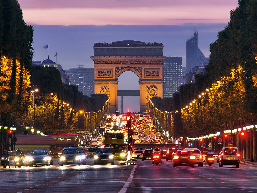 L'avenue des Champs-Élysées est l'une des rues les plus populaires au monde.