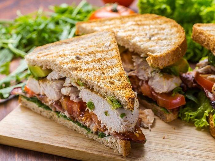 Sandwich poulet et guacamole.