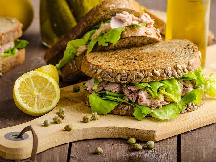 Savoureux sandwich au thon.