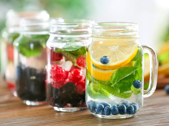 Eaux aromatisées aux herbes et fruits frais comme friandises d'été.