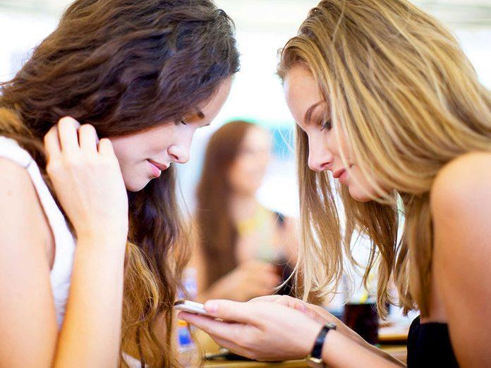 Incliner la tête pour regarder ses appareils électroniques peut faire apparaître les rides.