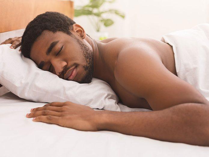 Dormir sur le ventre peut faire apparaître les rides.