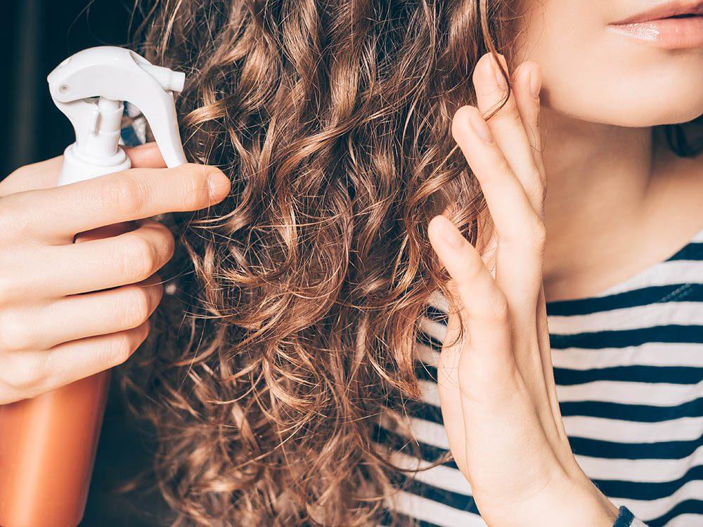 Pour ajouter du volume aux cheveux, vaporisez un mélange d'eau et de sel.