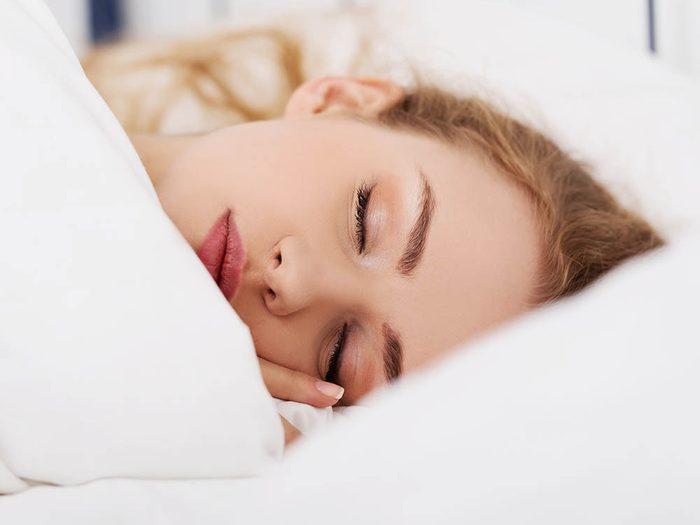 Pour ajouter du volume aux cheveux en dormant, attachez-les.
