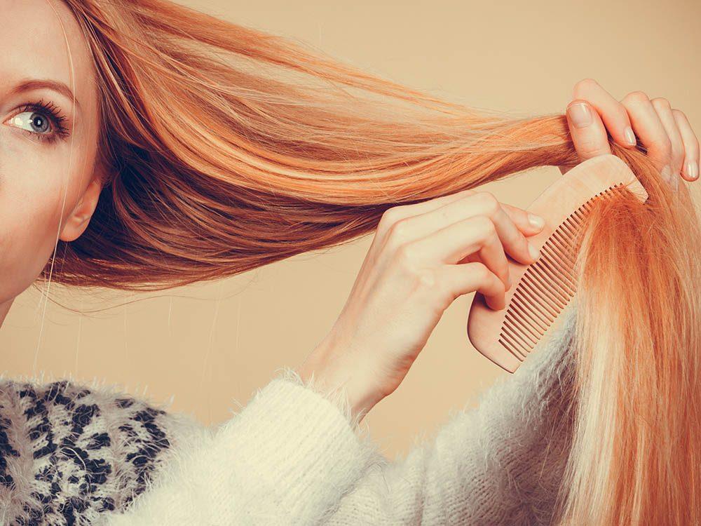 Pour ajouter du volume aux cheveux, brosser les en sens inverse à la racine.