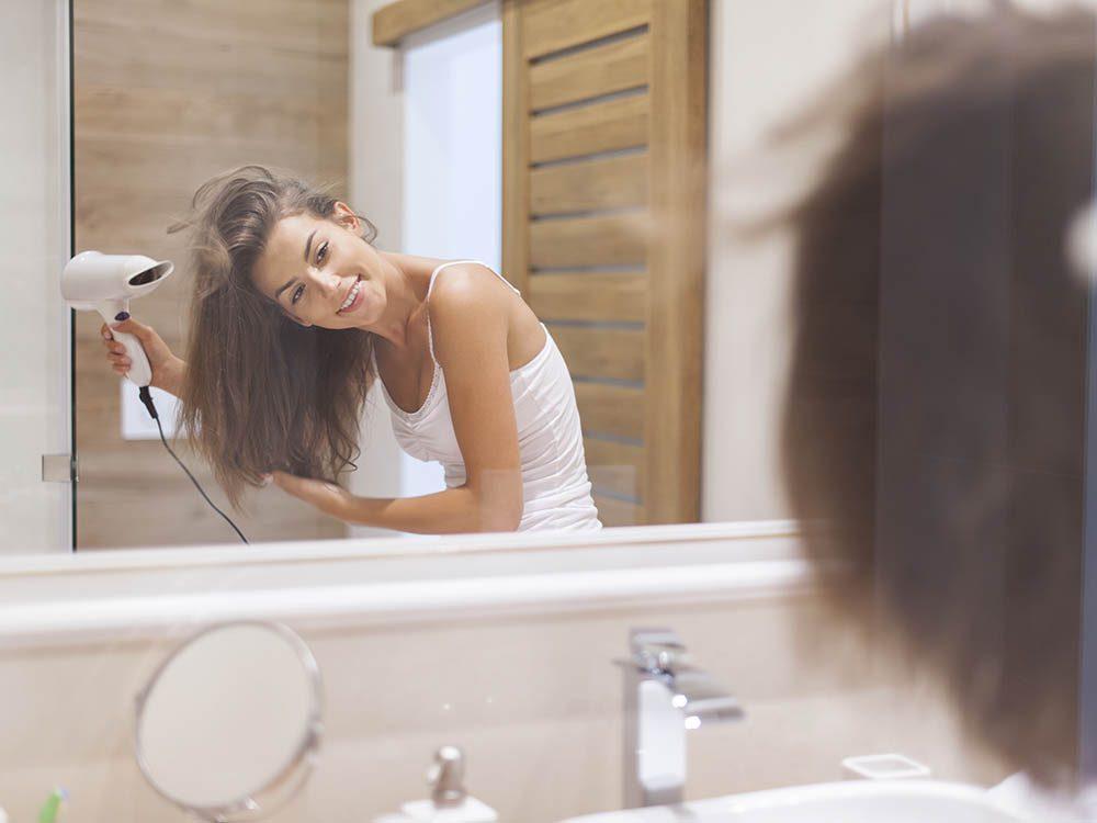 Pour ajouter du volume aux cheveux, séchez-les la tête en bas.