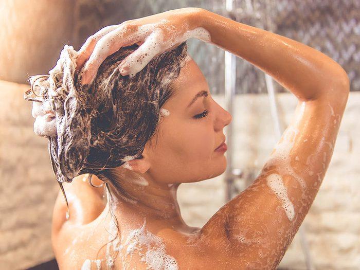 Pour ajoutez du volume aux cheveux, utilisez un shampooing spécial.