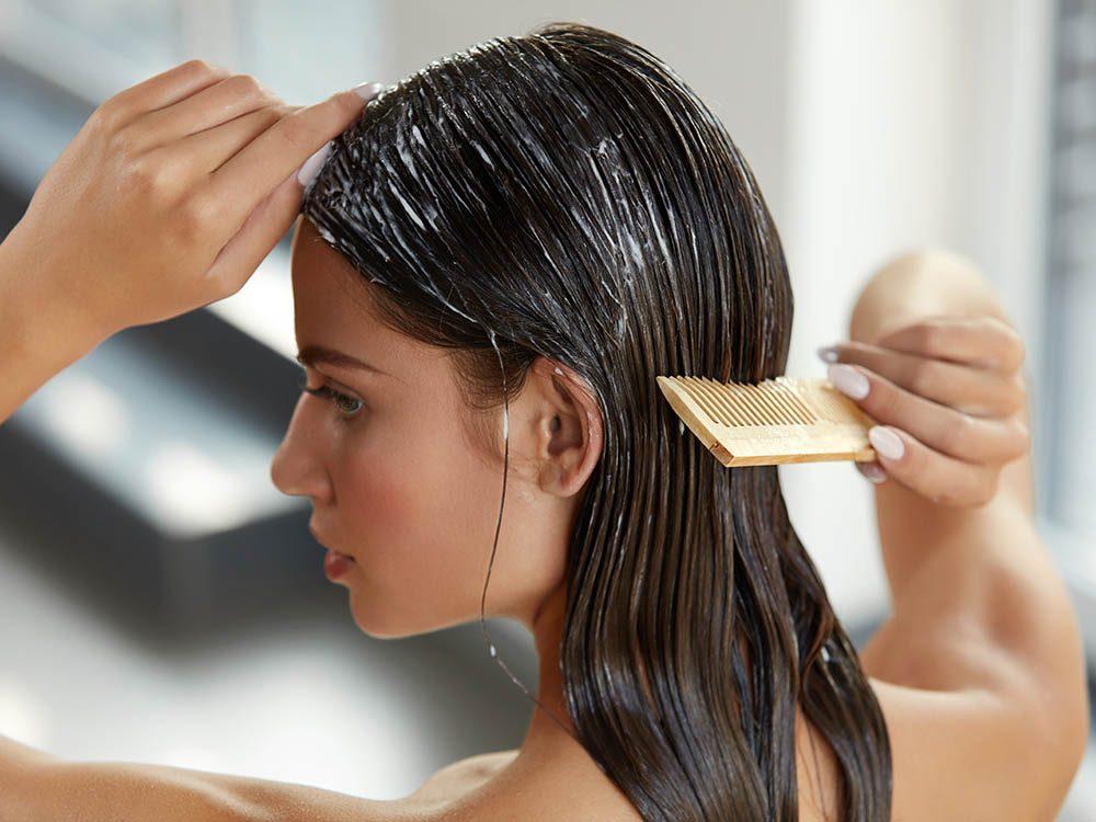 Pour ajouter du volume aux cheveux, appliquez un seul produit à la fois.