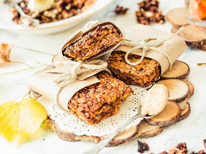 Des barres au beurre d'arachides, banane et canneberge pour une collation santé.