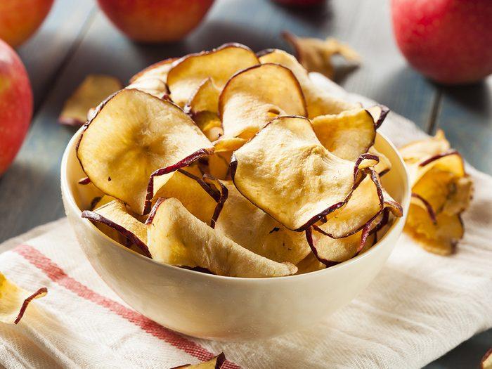 Des croustilles de pommes cuites au four pour une collation santé.