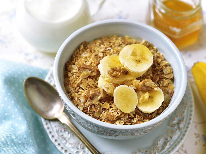 Du granola à la banane et noix de coco pour une collation santé.