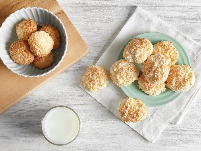 Des macarons sans gluten à la noix de coco pour une collation santé.