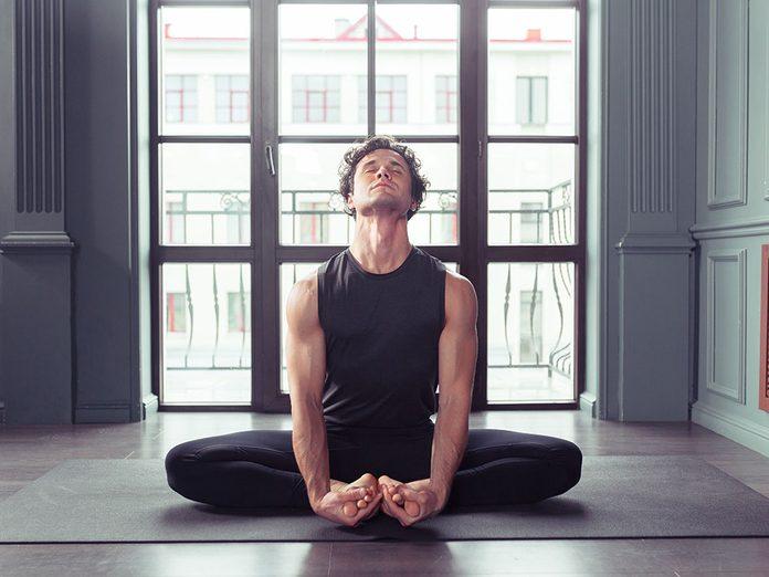Testez la baddha Konasana, une position de yoga qui aide contre l'anxiété.