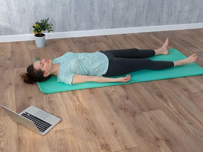 Testez la shavasana, une position de yoga qui aide contre l'anxiété.