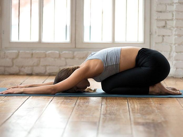 Testez la balasana (position de l'enfant), une position de yoga qui aide contre l'anxiété.