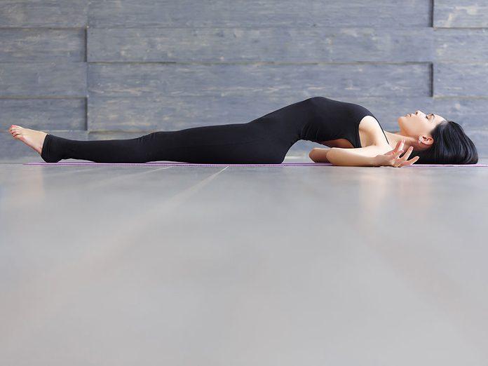 Testez la bishmasana, une position de yoga qui aide contre l'anxiété.