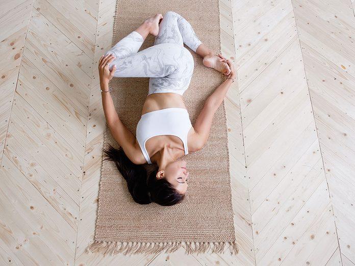 Testez la supta Matsyendrasana, une position de yoga qui aide contre l'anxiété.