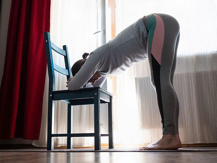 Testez l'uttanasana, une position de yoga qui aide contre l'anxiété.