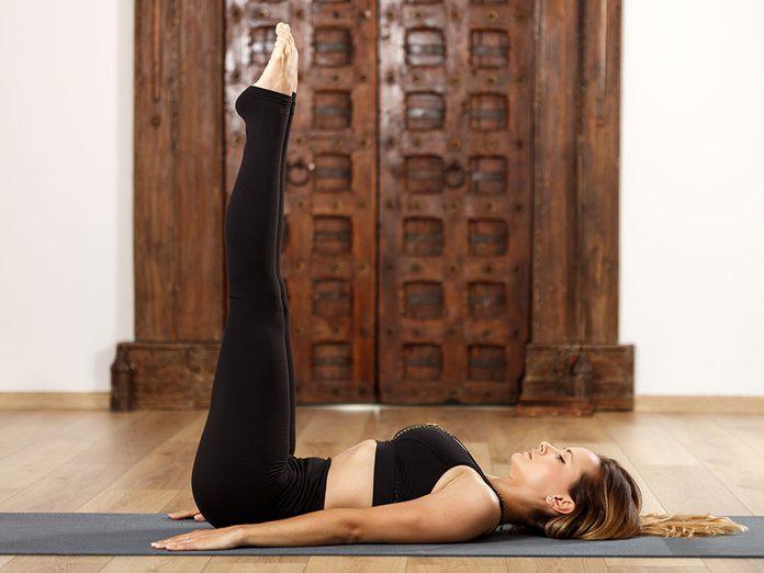 Testez la viparita karani, une position de yoga qui aide contre l'anxiété.
