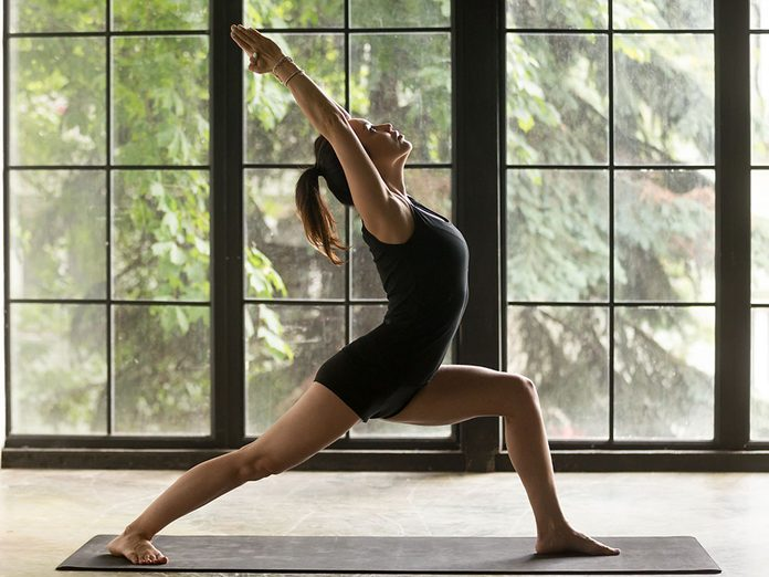 Testez la virabhadrasana I (position du guerrier I), une position de yoga qui aide contre l'anxiété.