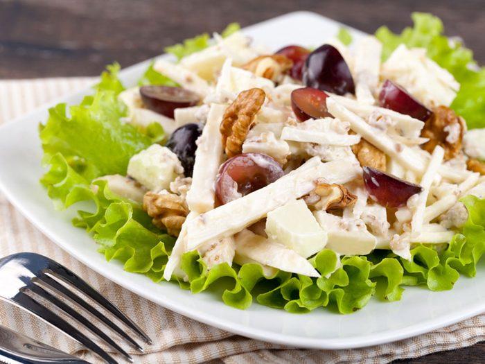 Salade Waldorf réinventée et sa sauce au yogourt grec