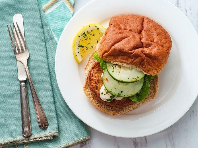 Une délicieuse recette santé de burger au saumon.