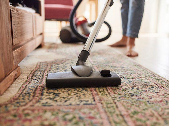 Traitement de l'asthme: nettoyer régulièrement les tapis et les conduits d'air.