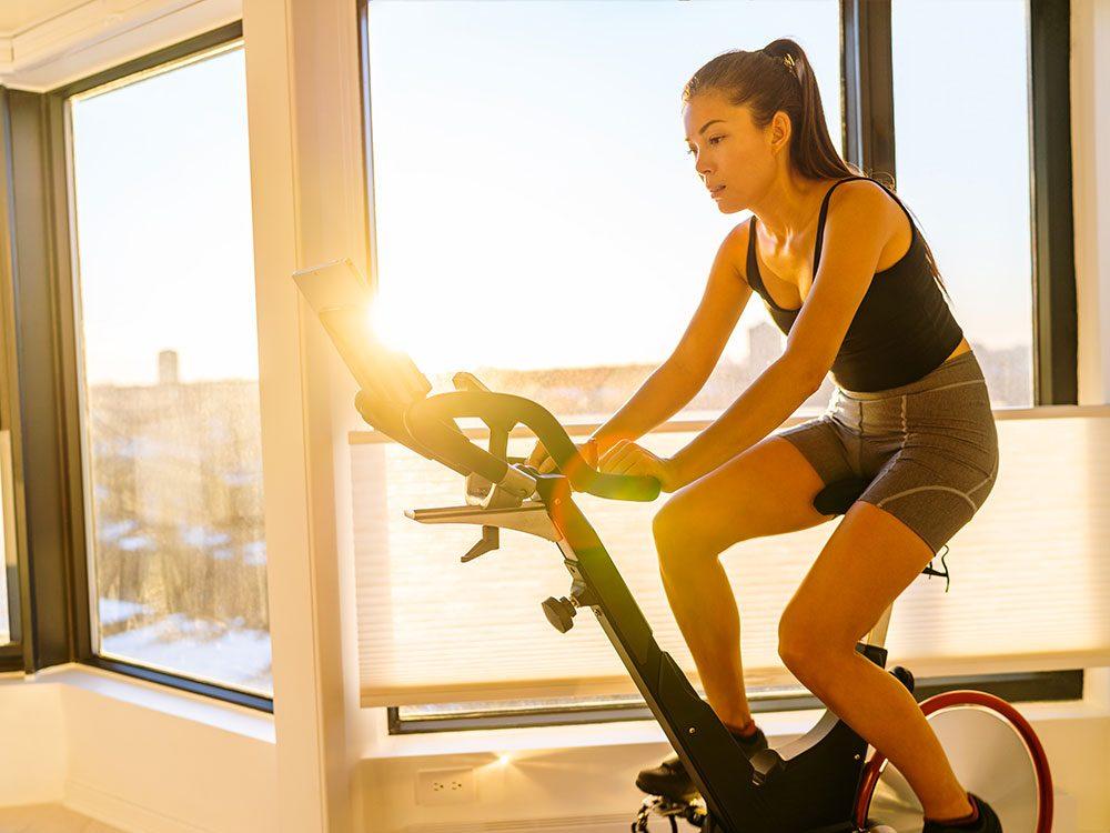 Des exercices matinaux bénéfiques pour retrouver votre énergie en hiver.