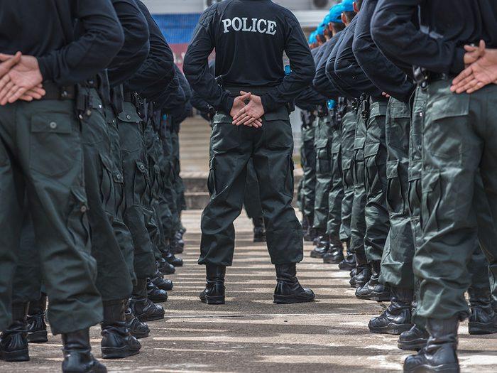 Idées insolites: la police aboie pour faire peur aux voleurs.